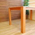 しっとり質感のチェリー材テーブル