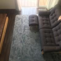 包み込まれるようなソファと木質感たっぷりのテレビボード